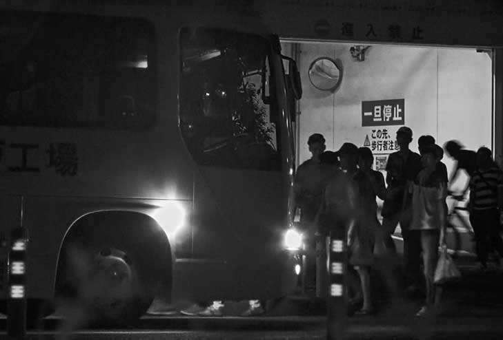 コンビニ弁当工場の終夜勤務に向かうベトナム人たち